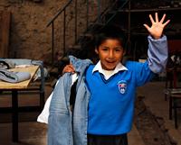 Barnkläder samlades in och samtidigt även fotografier på barnen som gav kläderna i Sverige
